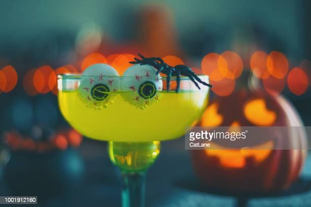Halloween-Zeit. Lebendige farbige Getränke mit Spinne