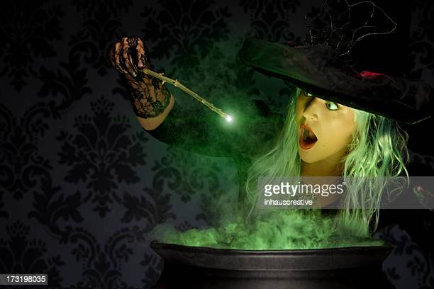 Halloween bruja Conjuring un momento