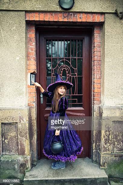 Halloween bruja zumbido el timbre de una vieja casa scary