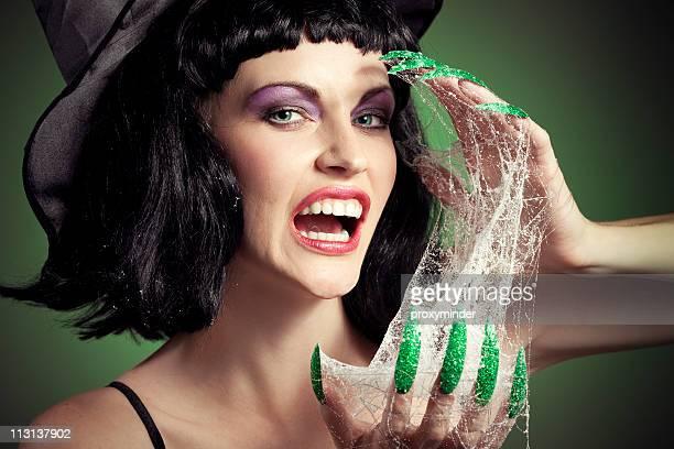Femme visage sorcière d'Halloween avec son green ongles