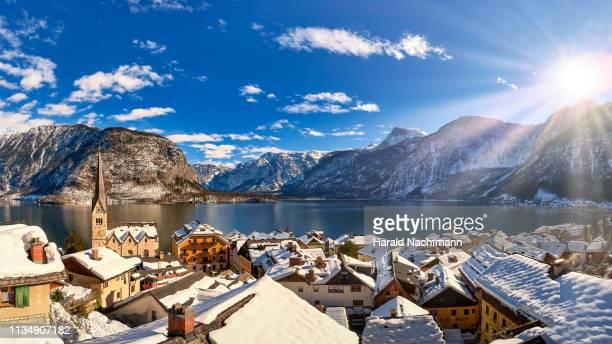 hallstatt and dachstein mountain over lake hallstaetter see at sunrise, salzkammergut, austria - 深い雪 ストックフォトと画像