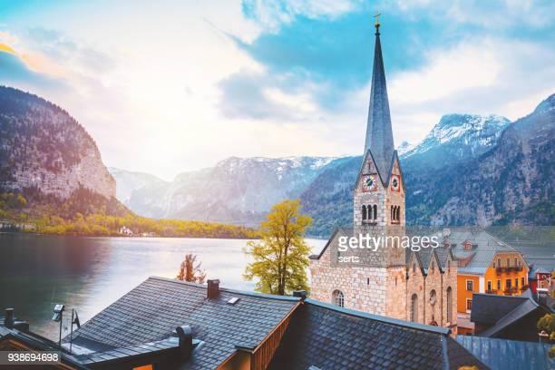 hallstatt kathedrale in dorf und hallstätter see see in österreich - hallstatt stock-fotos und bilder