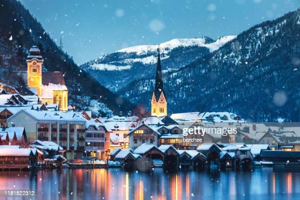 hallstatt in de winter - hallstatt stockfoto's en -beelden