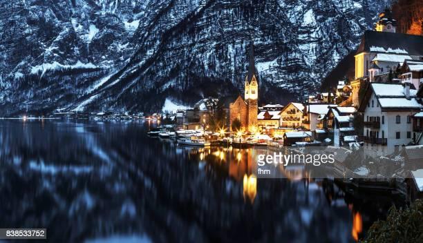 hallstatt, lake hallstatt and the alps, austria - hallstatt stockfoto's en -beelden