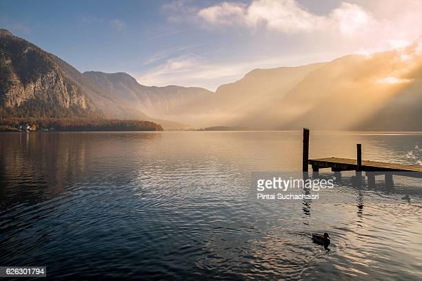 hallstatt lake in the morning light - hallstatt stockfoto's en -beelden