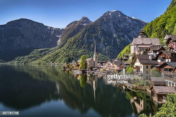 hallstatt - lakeview - lake hallstatt - austria - hallstatt stock-fotos und bilder