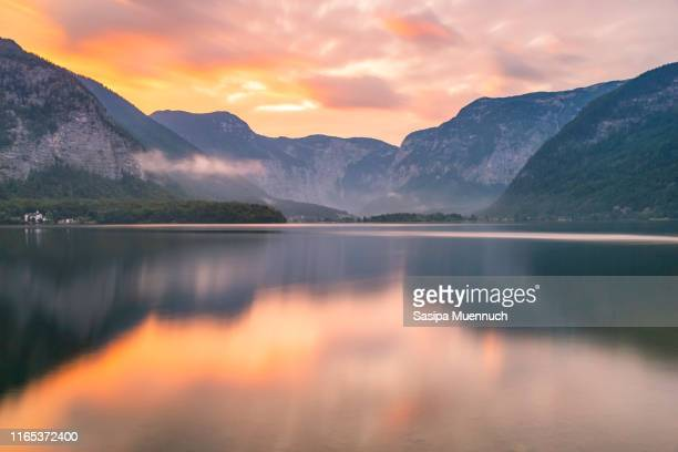 hallstatter see and the european alps reflection in the morning light, austria - sonnenuntergang stock-fotos und bilder