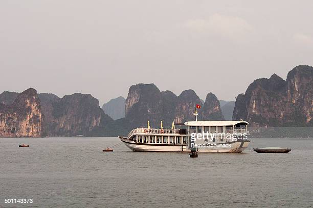 halong bay tours - bernd schunack photos et images de collection