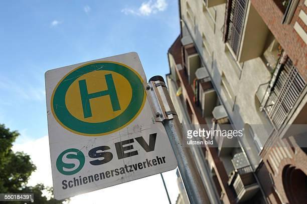 Haltestellenschild für den Schienenersatzverkehr in der Wichertstrasse in Berlin-Prenzlauer Berg
