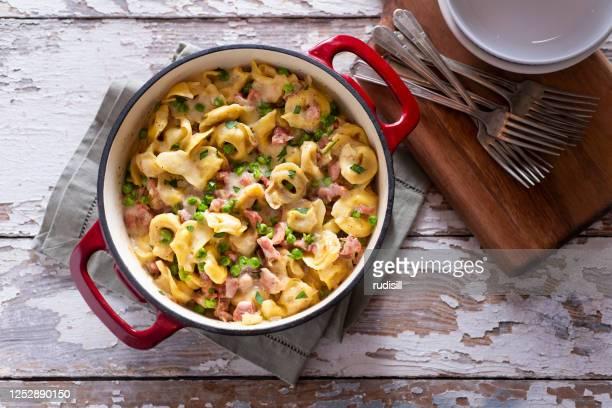 ハムとチーズのトルテッリーニ - ダッチオーブン ストックフォトと画像