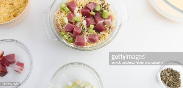 Ham and melted cheese pudding preparation step.