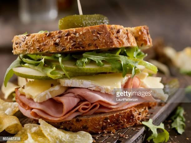 ham, brie, peer en rucola sandwich - brie stockfoto's en -beelden