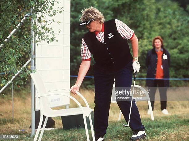 Hamburg 220799 Laura DAVIES/ENG verrueckt einen Stuhl um so besser ihren Ball schlagen zu koennen