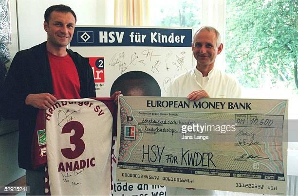 BUNDESLIGA Hamburg AKTION HSV HILFT KINDERN Andrej PANADIC ueberreicht der Kinderkardiologie Eppendorf einen Scheck
