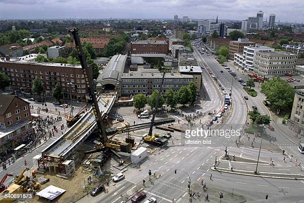 Anpassen von Brückenteilen / Arbeiten an der Baustelle UBahnbrücke Dehnhaide der Linie U2 Barmbek an der Kreuzung Dehnhaide / Hamburger Straße /...