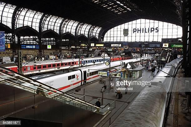 Hauptbahnhof / Bahnhofshalle mit Bahnsteig und haltender Eisenbahn