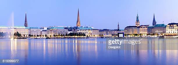 Hamburger Skyline der Stadt und der Alstersee in Deutschland
