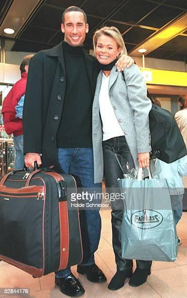 Hamburg; CROCODILES HAMBURG; Christoph SANDNER empfaengt seine Ehefrau Christiane am Hamburger Flughafen