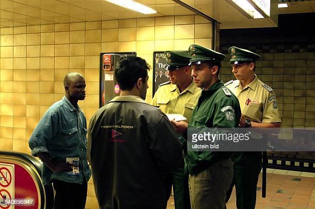 am Hauptbahnhof kontrollieren Beamte vom Bundesgrenzschutz die Personalien von zwei Männern die im Verdacht stehen mit Drogen zu handeln...