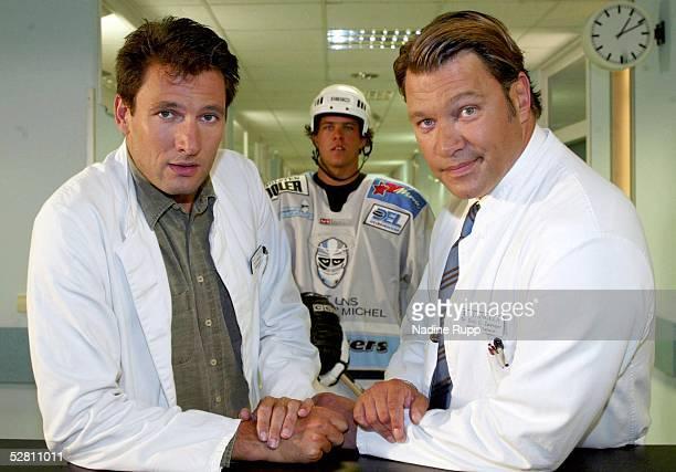 DEL 2003 Hamburg Freezers Hamburg Eishockeyspieler Markus SCHROEDER in einer Fernsehrolle zu den Dreharbeiten der FernsehserieSt Angela Dr Weiser...