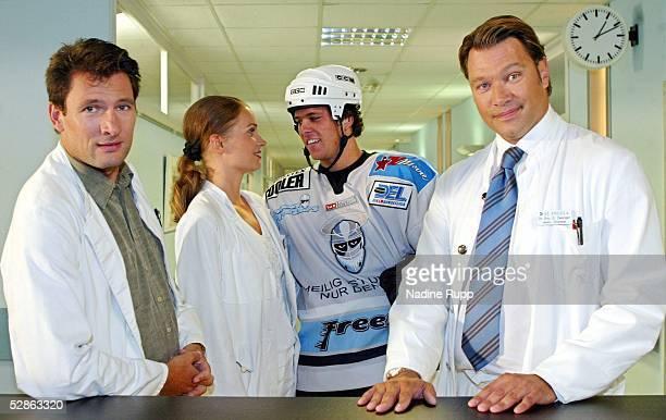 DEL 2003 Hamburg Freezers Hamburg Eishockeyspieler Markus SCHROEDER in einer Fernsehrolle zu den Dreharbeiten der FernsehserieSt Angela vli Dr Weiser...