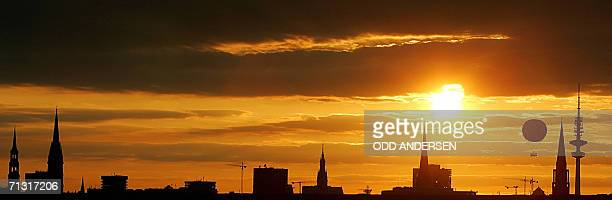 A hot air ballon descends as the sun sets behind the city skyline of the northern German city of Hamburg 28 June 2006AFP PHOTO / ODD ANDERSEN