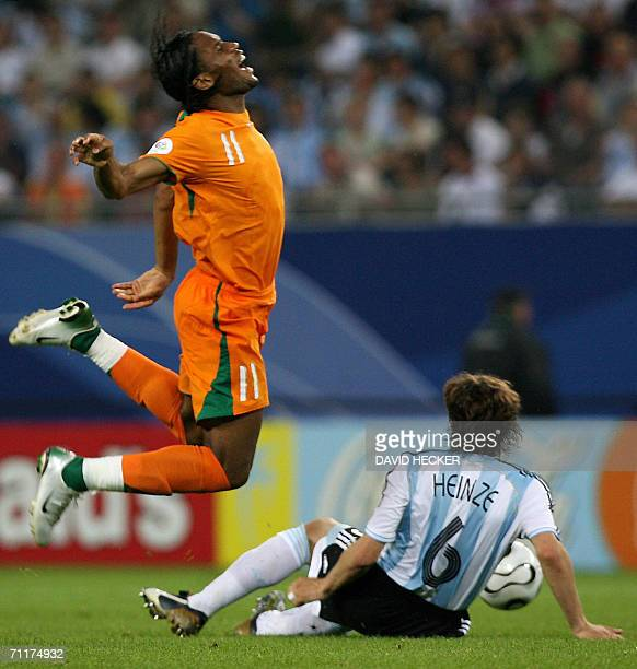 Argentinians Gabriel Heinze vies for the ball with Ivorian Didier Drogba 10 June 2006 at the Hamburg stadium during the Football World Cup Group C...