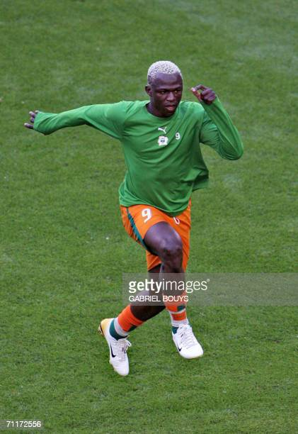 Ivorian forward Arouna Kone warms up before the begining of the 2006 World Cup group C football game Argentina vs Ivory Coast 10 June 2006 at Hamburg...