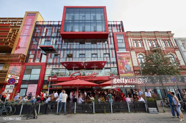 Guests of the birthday party sit in front of the Schmidt Theater The Theater an der Reeperbahn celebrates its 30th birthday Photo Georg Wendt/dpa