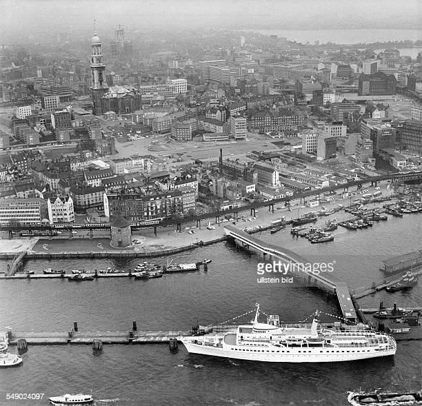 Hadag Passagierschiff Wappen von Hamburg an der Überseebrücke vor der Skyline von Hamburg