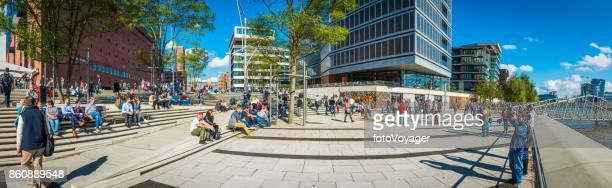 Hamburg HafenCity Menschenmassen genießen Sonnenschein Waterfront Panorama Deutschland