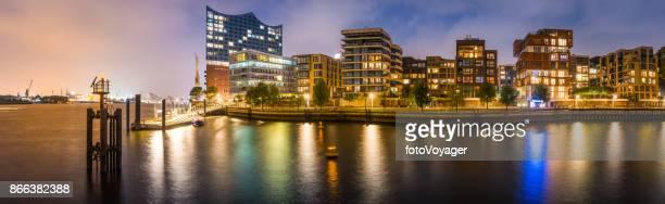Hamburg HafenCity Elbe Apartments am Wasser mit Blick auf die beleuchteten Hafen bei Nacht