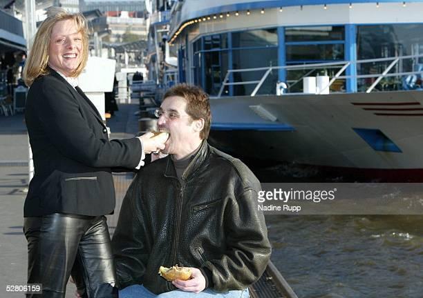 Hamburg; Hamburg Freezers; Mike SCHMIDT mit Ehefrau Marlis am Hamburger Hafen