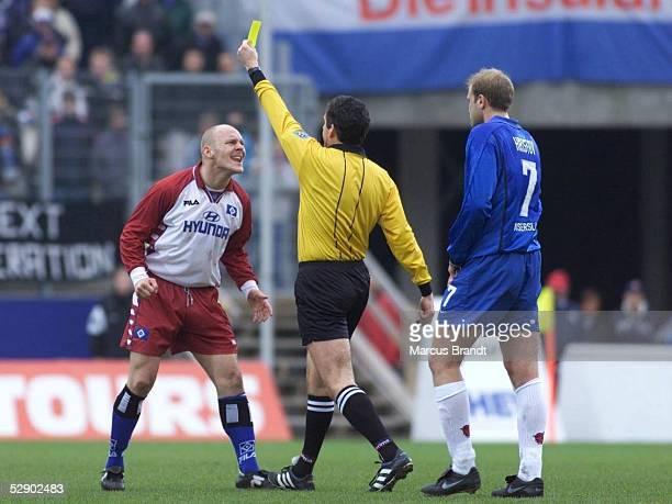 1 BUNDESLIGA 99/00 Hamburg HAMBURGER SV 1 FC KAISERSLAUTERN 21 Schiedsrichter Alfons BERG zeigt Thomas GRAVESEN/HSV die gelbe Karte