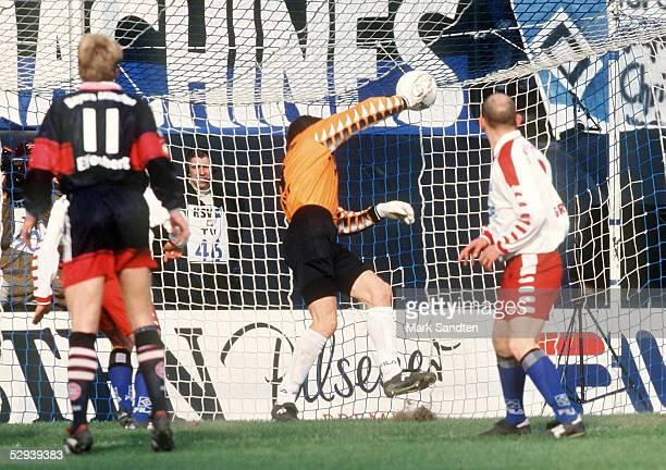 1 BUNDESLIGA 98/99 Hamburg HAMBURGER SV FC BAYERN MUENCHEN 02 TORWART HansJoerg BUTT/HAMBURGER SV wirft sich den Ball nach einer Ecke von Basler...