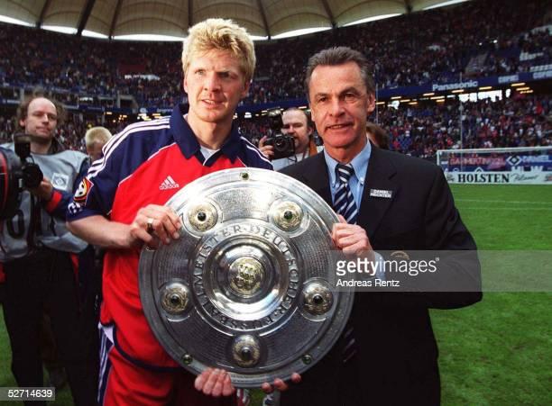 1 BUNDESLIGA 00/01 Hamburg HAMBURGER SV FC BAYERN MUENCHEN 11 BAYERN MUENCHEN DEUTSCHER FUSSBALLMEISTER 2001 Stefan EFFENBERG und Trainer Ottmar...