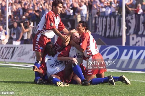 BUNDESLIGA 99/00 Hamburg HAMBURGER SV HERTHA BSC BERLIN 51 JUBEL HSV nach dem 20 Mehdi MAHDAVIKIA Anthony YEBOAH Torschuetze Roy PRAEGER Rodolfo...
