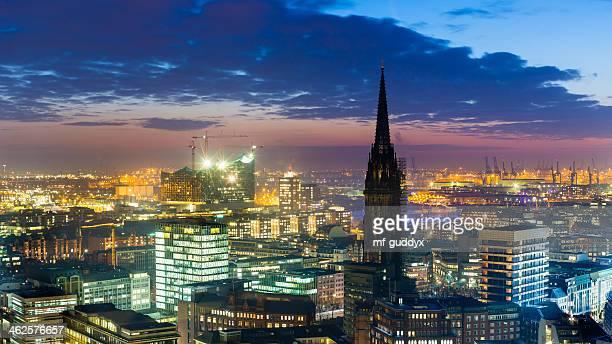 Hamburger Hafen bei Sonnenuntergang, Blick auf die Stadt
