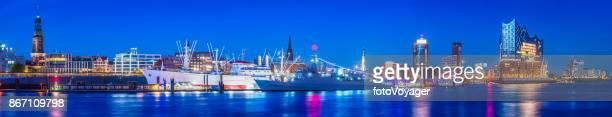 Hamburg Hafen Hafen und HafenCity Wahrzeichen beleuchtete Nacht Panorama Deutschland