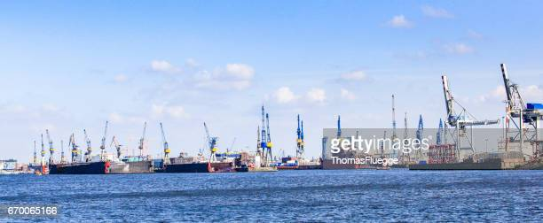 hamburg industrial harbor - stadtsilhouette stock pictures, royalty-free photos & images