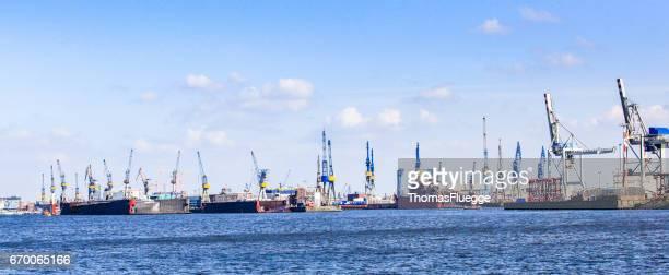 hamburg industrial harbor - stadtsilhouette stockfoto's en -beelden