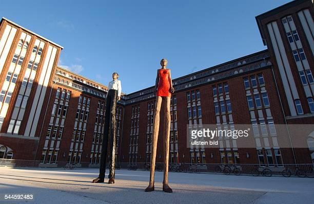 """Hamburg Klostertor: Kunst im öffentlichen Raum: Skulpturen """"Mann und Frau"""" des Bildhauers Stephan Balkenhol auf dem Arno-Schmidt-Platz vor der..."""