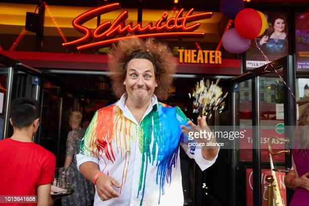 Konrad Stöckel comedian throws confetti in front of the Schmidt Theater before the birthday show begins The Theater an der Reeperbahn celebrates its...