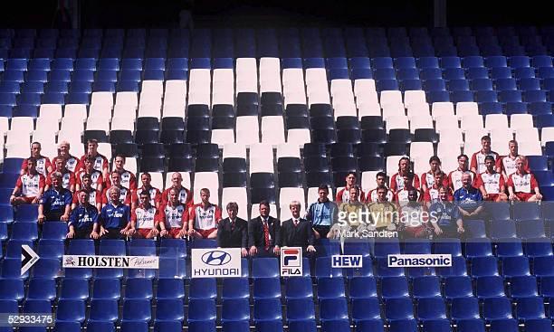 Hamburg MANNSCHAFTSFOTO HAMBURGER SV TEAM HSV Reihe 1 von oben und links Soner UYSAL Andreas FISCHER Karsten BAERON Vanja GRUBAC Allan JEPSEN Reihe 2...