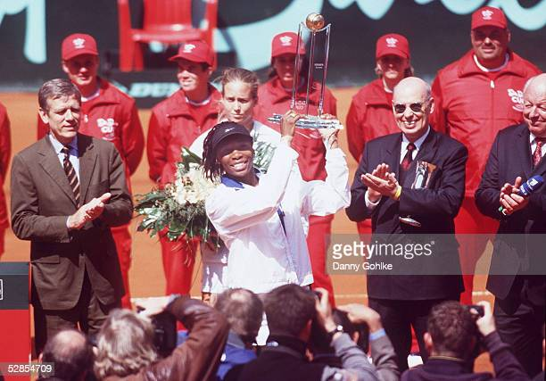 CUP 2001 FINALE Hamburg SIEGEREHRUNG/SIEGERIN Venus WILLIAMS/USA vlnr DTB Praesident Georg Freiherr VON WALDENFELS Meghann SHAUGHNESSY/USA...