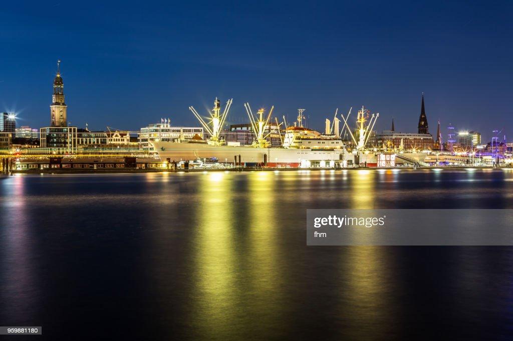 Hamburg skyline - St. Michaelis church with historic museum ship (Hamburg, Germany) : Stock-Foto