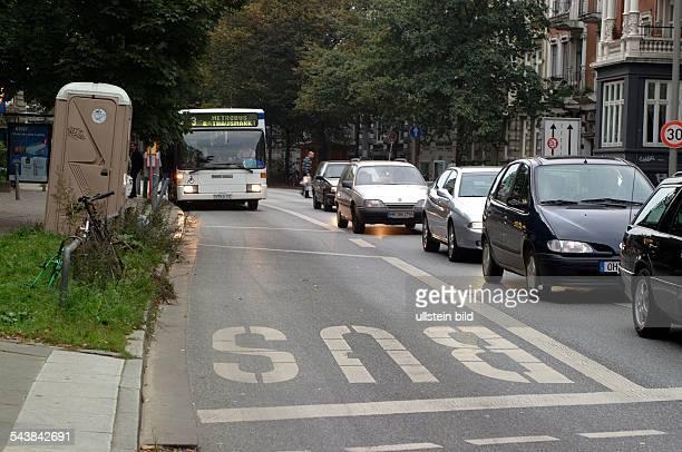 Hamburg, Straßen: Verkehrsberuhigte Stresemannstraße mit separater Busspur und Tempo 30-Zone. Straße; Straßenverkehr; Tempo-30; Verkehrsberuhigung...