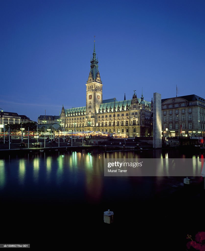 Hamburg Town Hall (Rathaus) reflecting in water at dusk : Foto stock