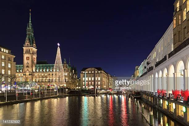 Hamburg town hall mit Christmas market