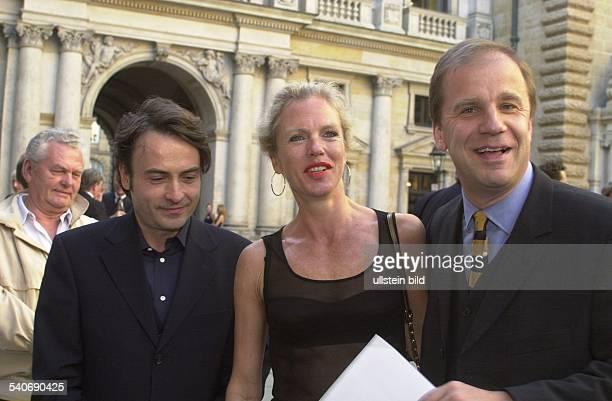 Hamburg Verleihung des Medienpreises 'Goldene Feder' in der Handelkammer 'Tagesspiegel'Chefredakteur Giovanni di Lorenzo mit Jacqueline und Hubertus...